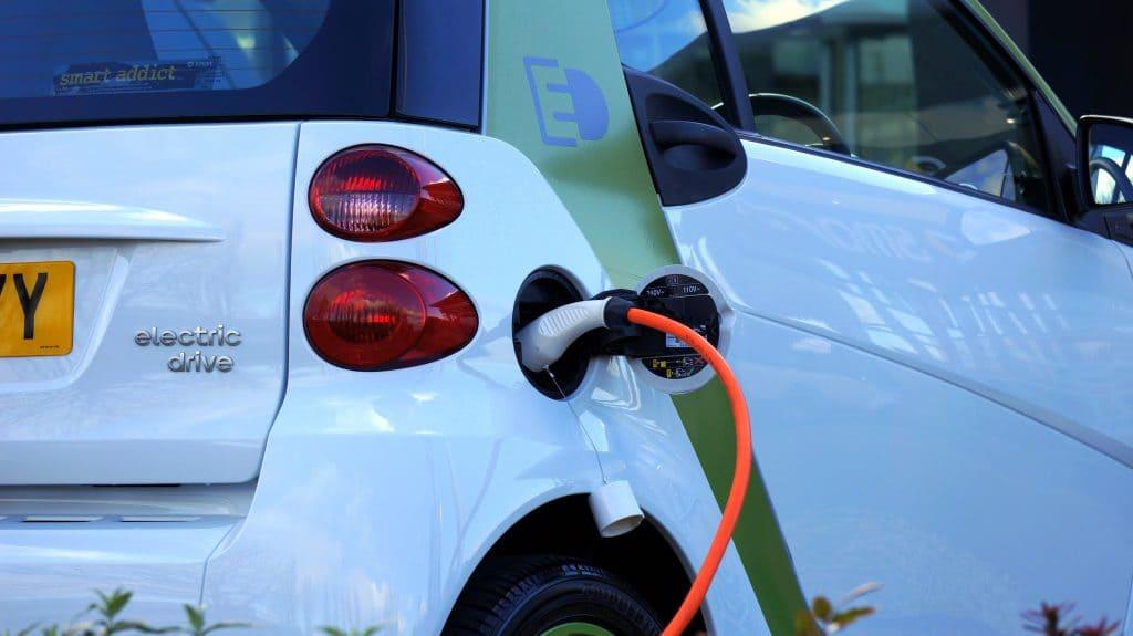 Auto Elettrica Ha minore impatto dell'auto a carburanti fossili prendendo in esame tutto il suo ciclo vitale - da BeLabs - Credits Pexels
